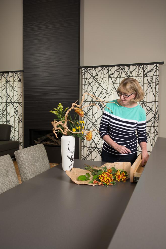 Оригинальная отделка стен в интерьере кухни с оригинальным кухонным островом