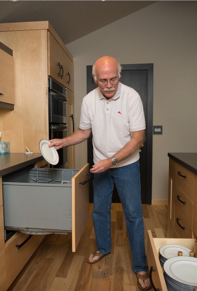 Встроенная бытовая техника в интерьере кухни с оригинальным кухонным островом