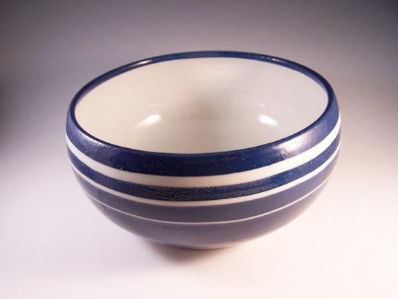 Фарфоровая синяя миска с белыми полосами