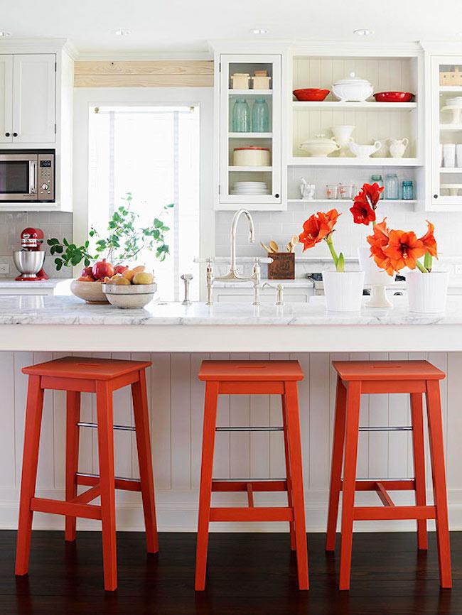 Оригинальные барные стулья ярко-красных оттенков в интерьере кухни - Фото 1