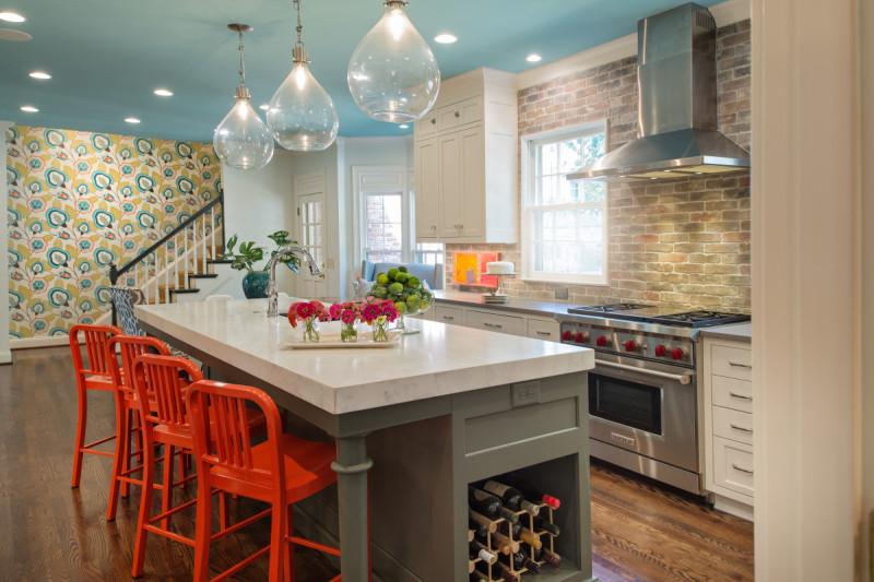 Оригинальные барные стулья ярко-красных оттенков в интерьере кухни - Фото 2