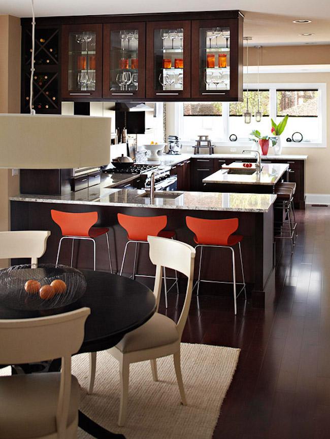 Оригинальные барные стулья ярко-красных оттенков в интерьере кухни - Фото 3