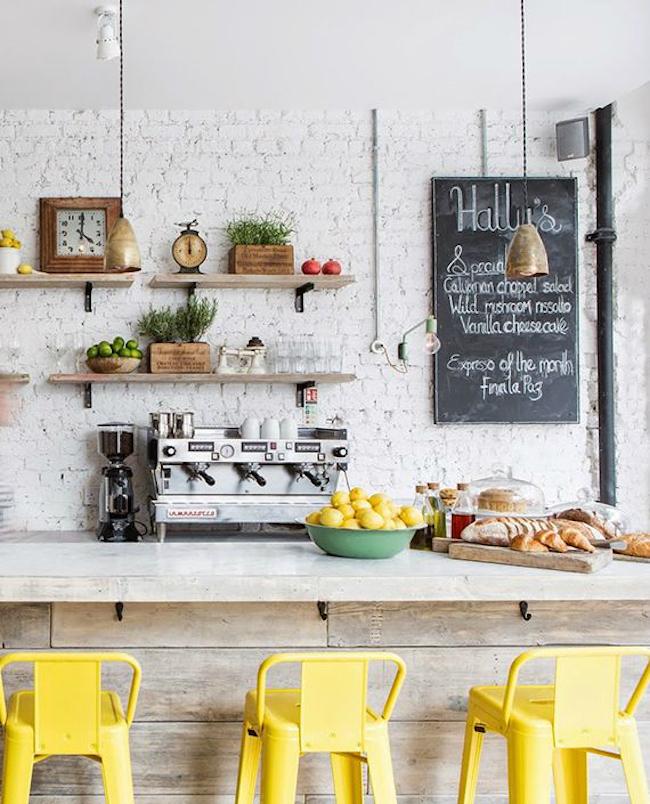 Оригинальные барные стулья ярко-жёлтых оттенков в интерьере кухни - Фото 1