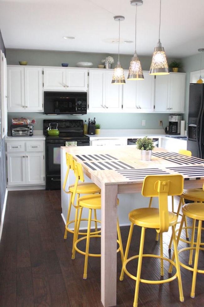 Оригинальные барные стулья ярко-жёлтых оттенков в интерьере кухни - Фото 2