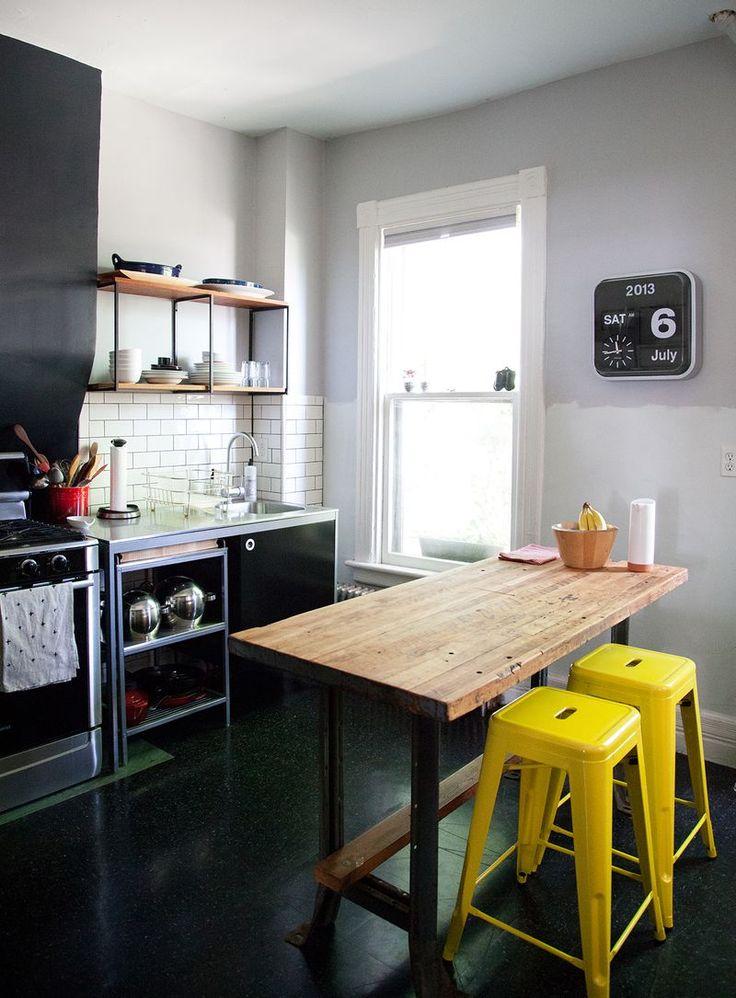 Оригинальные барные стулья ярко-жёлтых оттенков в интерьере кухни - Фото 3