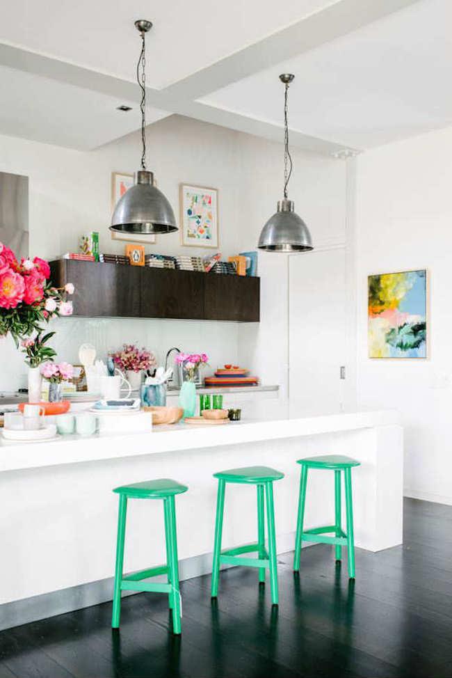 Оригинальные барные стулья ярко-зелёных оттенков в интерьере кухни - Фото 1