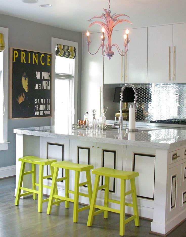 Оригинальные барные стулья ярко-зелёных оттенков в интерьере кухни - Фото 3