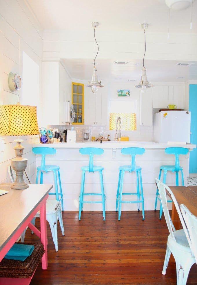 Оригинальные барные стулья ярко-голубых оттенков в интерьере кухни - Фото 1