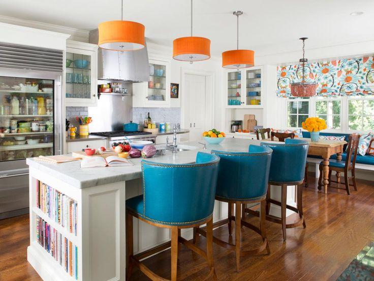 Оригинальные барные стулья ярко-голубых оттенков в интерьере кухни - Фото 2