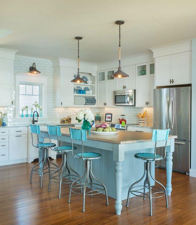 Оригинальные барные стулья ярко-голубых оттенков в интерьере кухни - Фото 3
