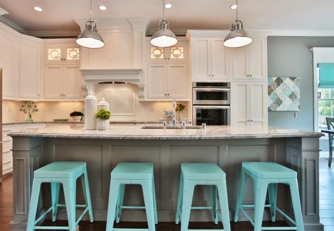 Оригинальные барные стулья ярко-голубых оттенков в интерьере кухни - Фото 4