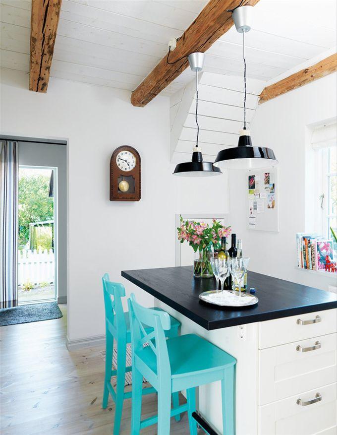 Оригинальные барные стулья ярко-голубых оттенков в интерьере кухни - Фото 5