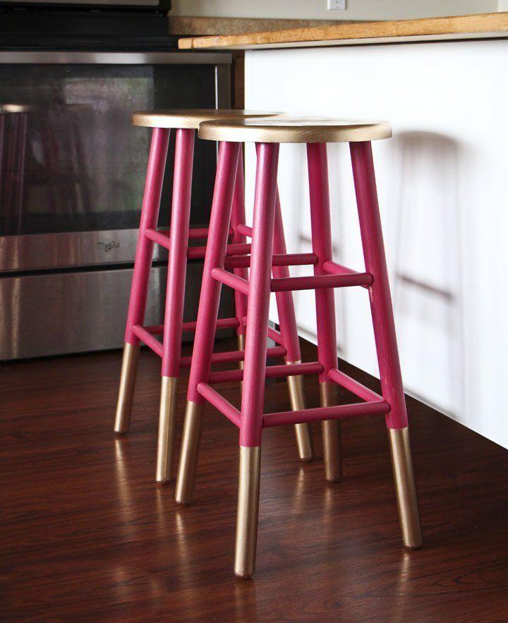 Оригинальные барные стулья ярко-розовых оттенков в интерьере кухни - Фото 1