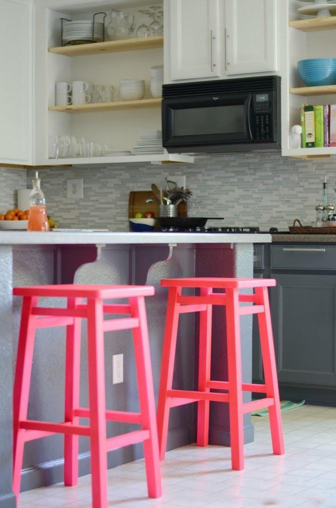 Оригинальные барные стулья ярко-розовых оттенков в интерьере кухни - Фото 2