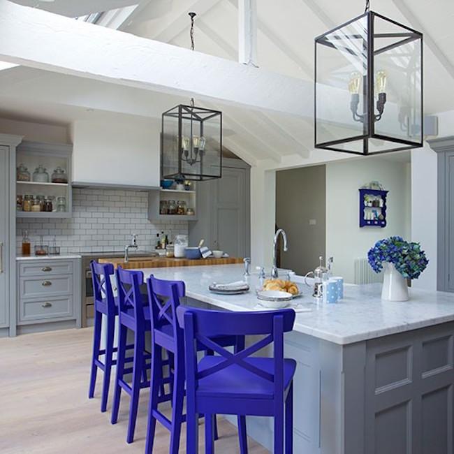 Оригинальные барные стулья ярко-фиолетовых оттенков в интерьере кухни - Фото 2