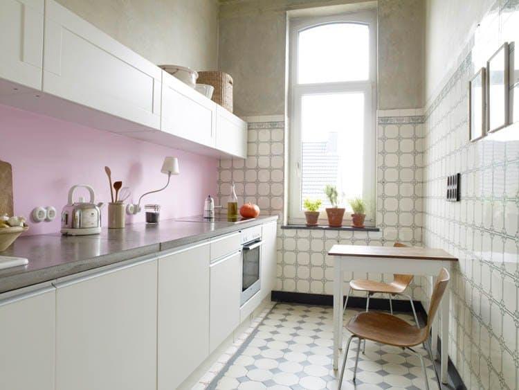 Идеи недорогого ремонта кухни: обои в шкафчиках