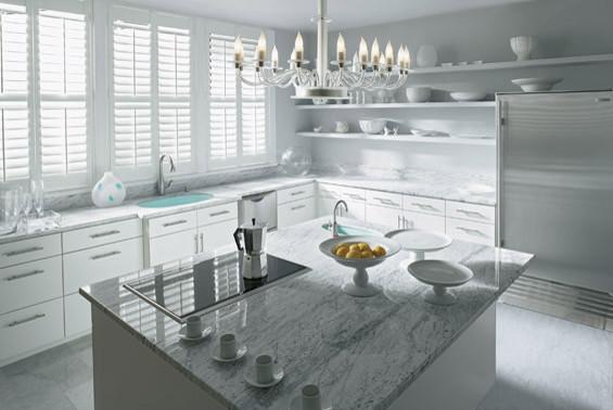 Белая люстра в классическом стиле для кухни