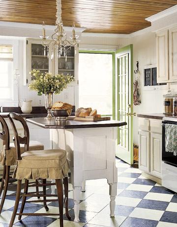 Хрустальная люстра над кухонныйм островом в интерьере