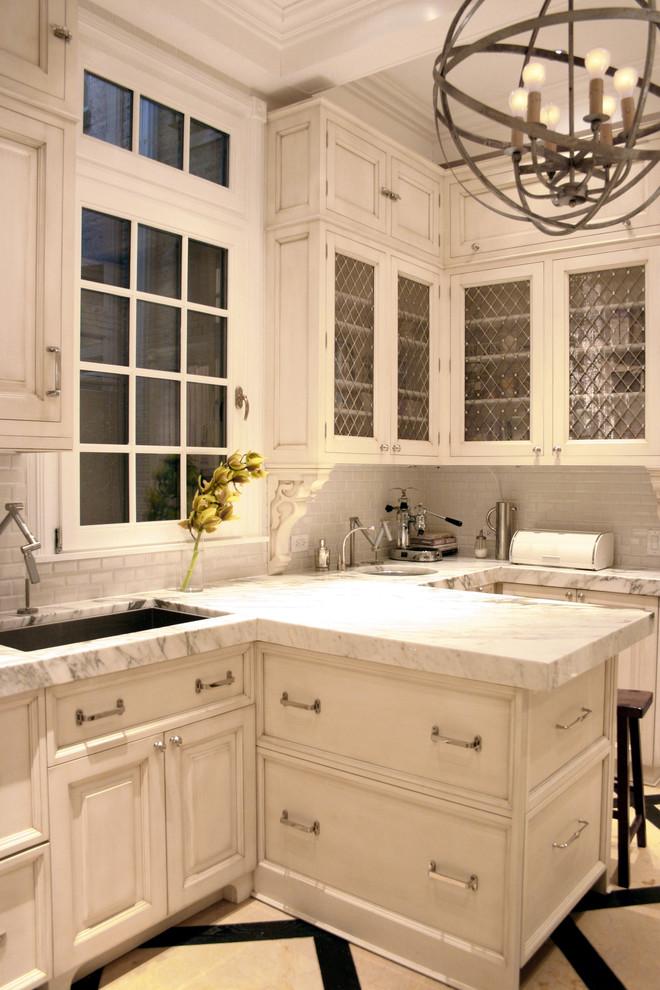 Металлический абажур люстры в интерьере кухни