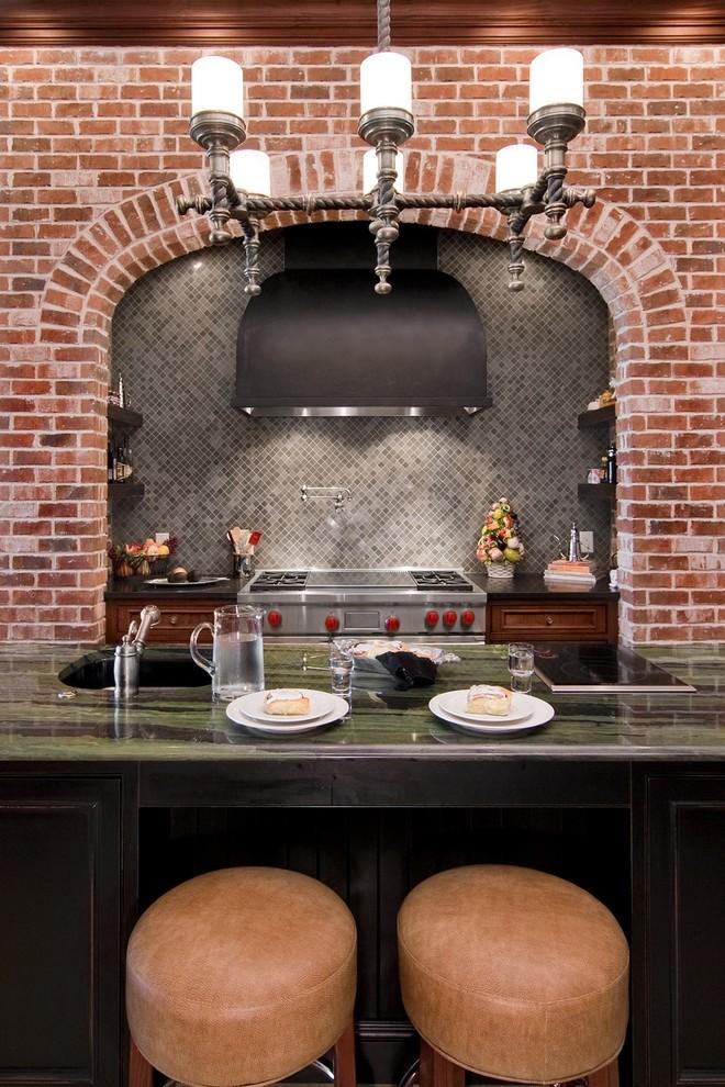 Кованная люстра в интерьере кухни