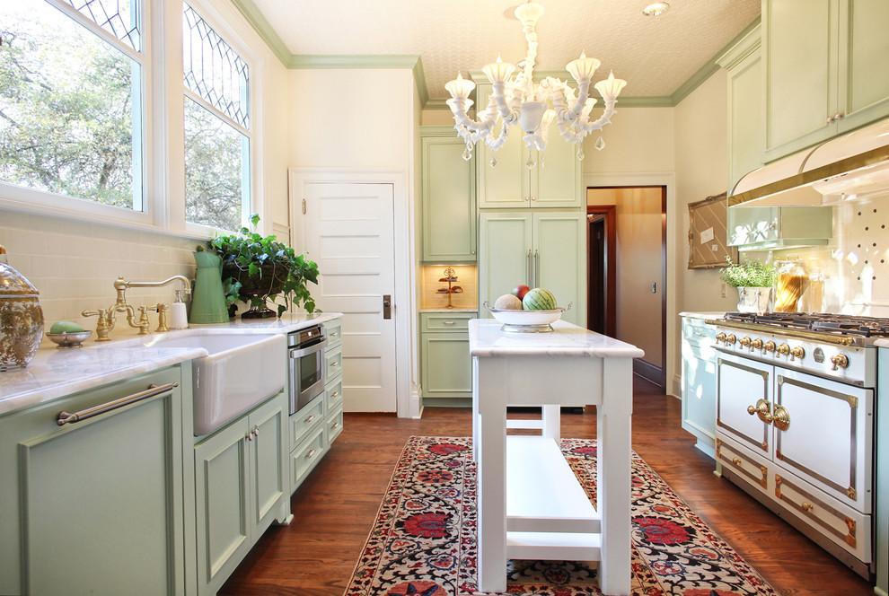 Венецианская люстра белого цвета в интерьере кухни