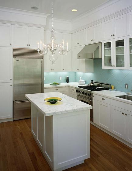 Люстра из дутого стекла в интерьере кухни