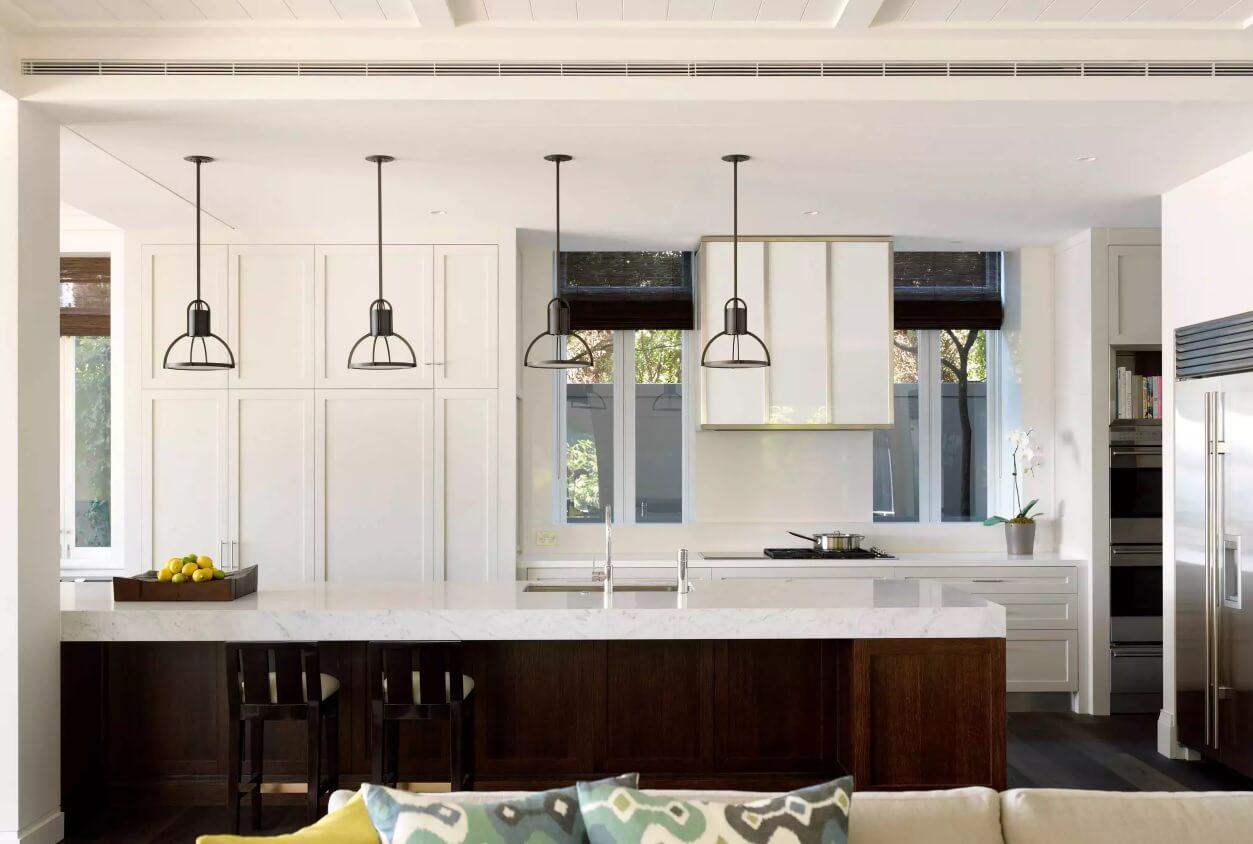 Освещение на кухне: остров с мраморной столешницей