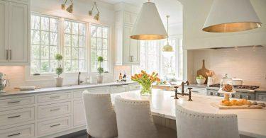 Освещение на кухне с интерьером в белой гамме