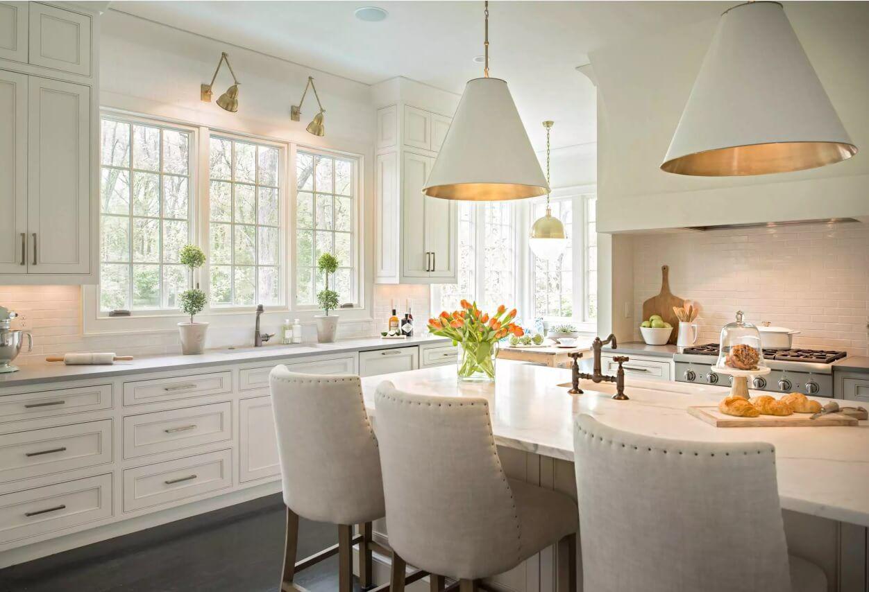 Освещение на кухне: букет тюльпанов на столе