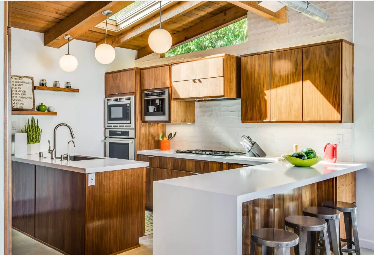 Освещение на кухне: небольшое окно в потолке
