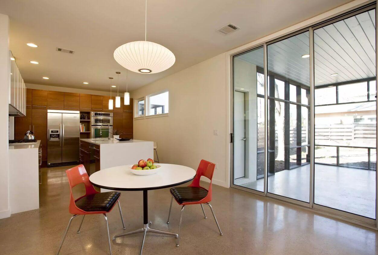 Освещение на кухне: стеклянные двери на балкон