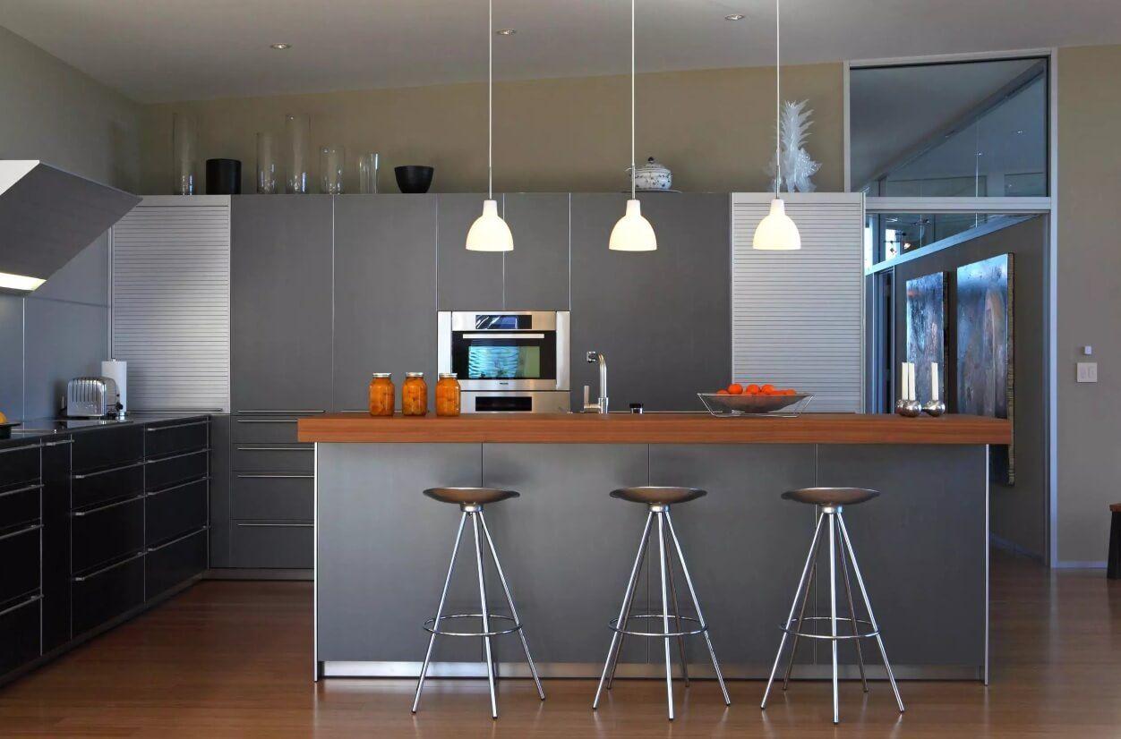 Освещение на кухне: высокие барные стулья