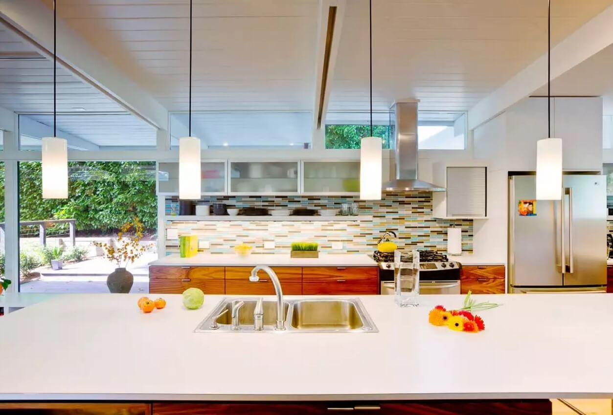 Освещение на кухне: фартук из разноцветной плитки