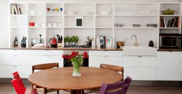 Открытые стеллажи на кухне – практичное решение