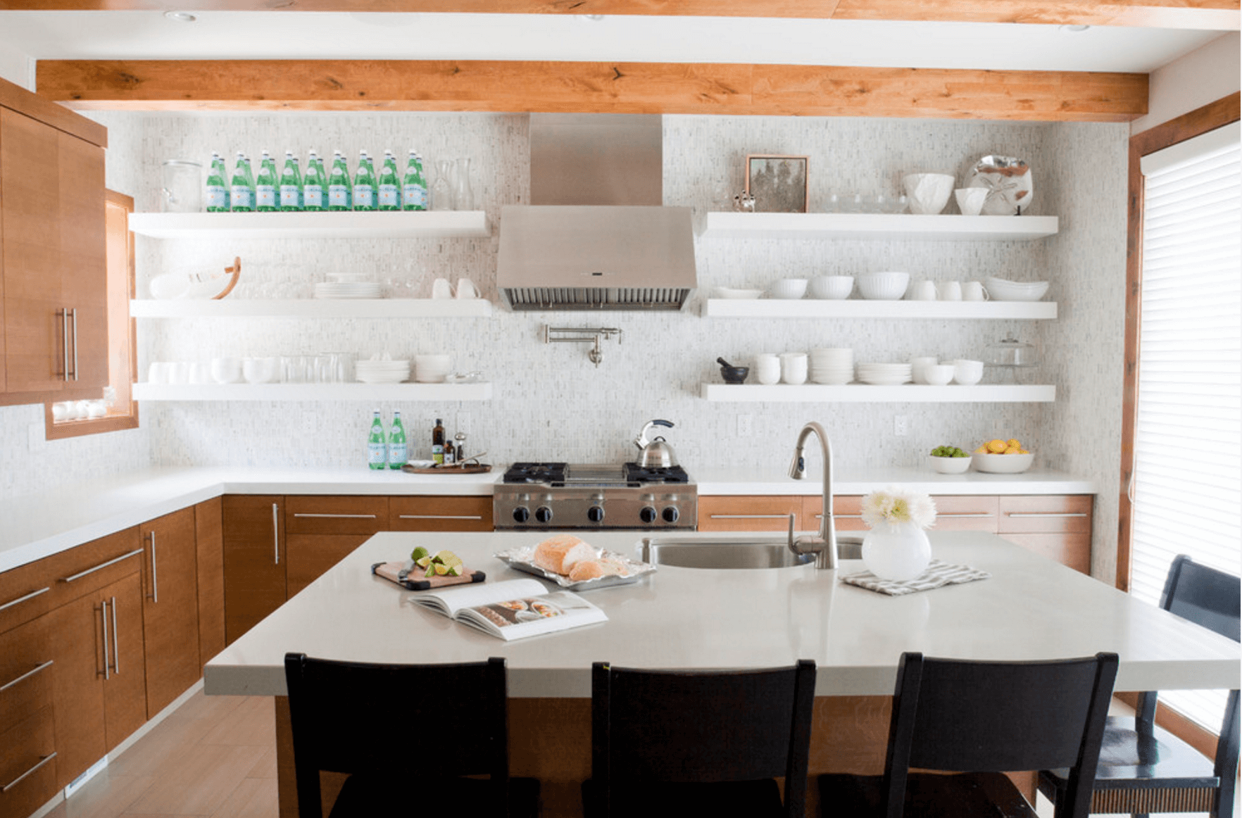 Белые открытые стеллажи на кухне