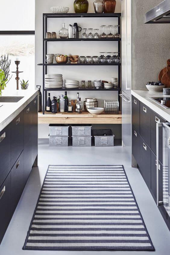 Высокий открытый стеллаж на кухне