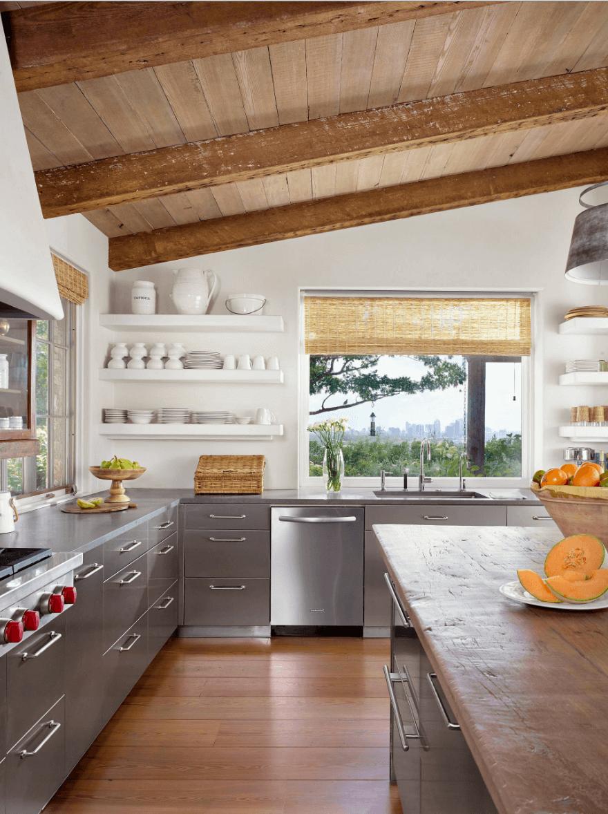 Удобный открытый стеллаж на кухне
