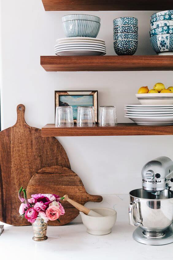 Деревянный открытый стеллаж на кухне