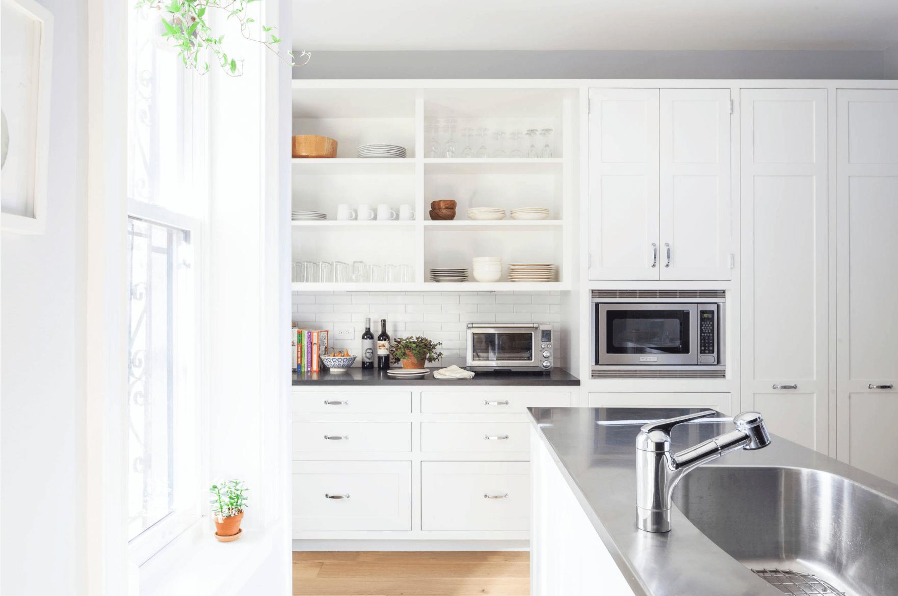 Встроенный открытый стеллаж на кухне