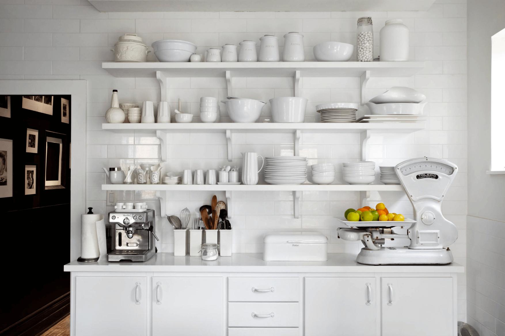 Белая посуда на белом открытом стеллаже на кухне