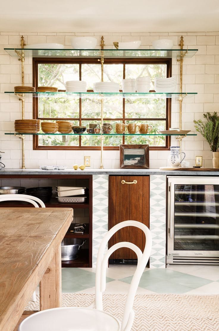 Открытые полки на кухне. Ритмическая перекличка линий