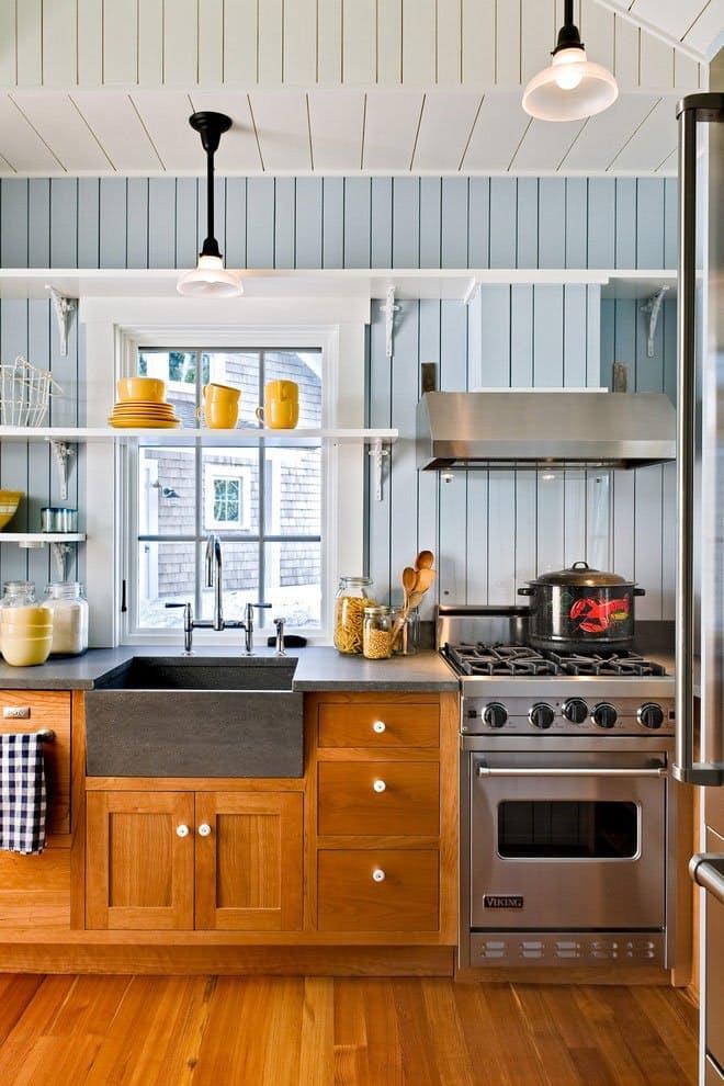 Открытые полки на кухне. Жёлтые чашки и тарелки наполняют помещение неудержимой энергией