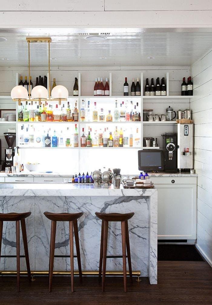 Открытые полки на кухне. Занятная лучистая витрина в отельном баре в Техасе