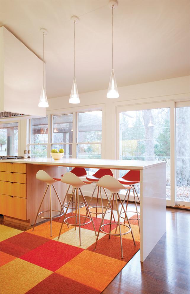 Стильный дизайн интерьера кухни в ярких тонах красного и апельсинового