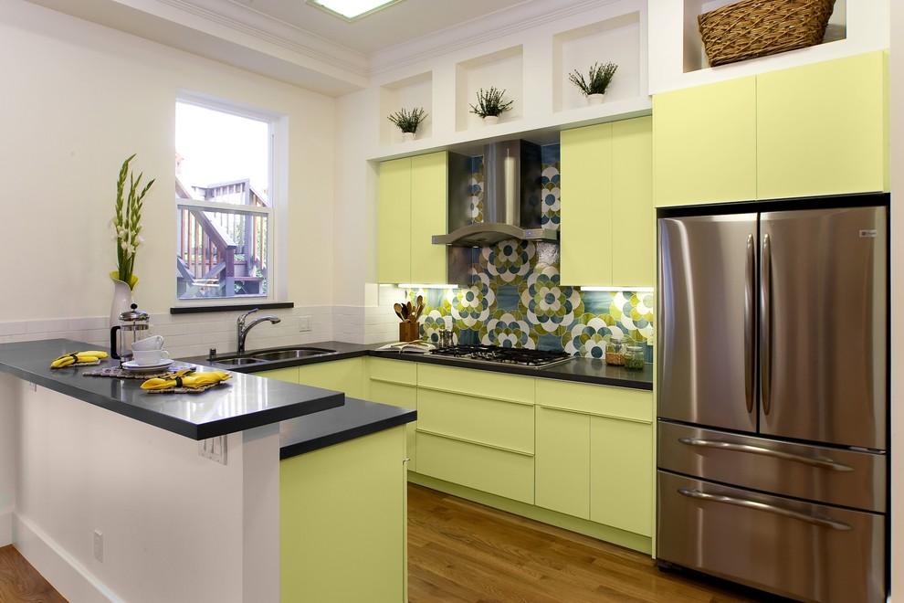 Стильный дизайн интерьера кухни в оттенках жёлто-зелёного