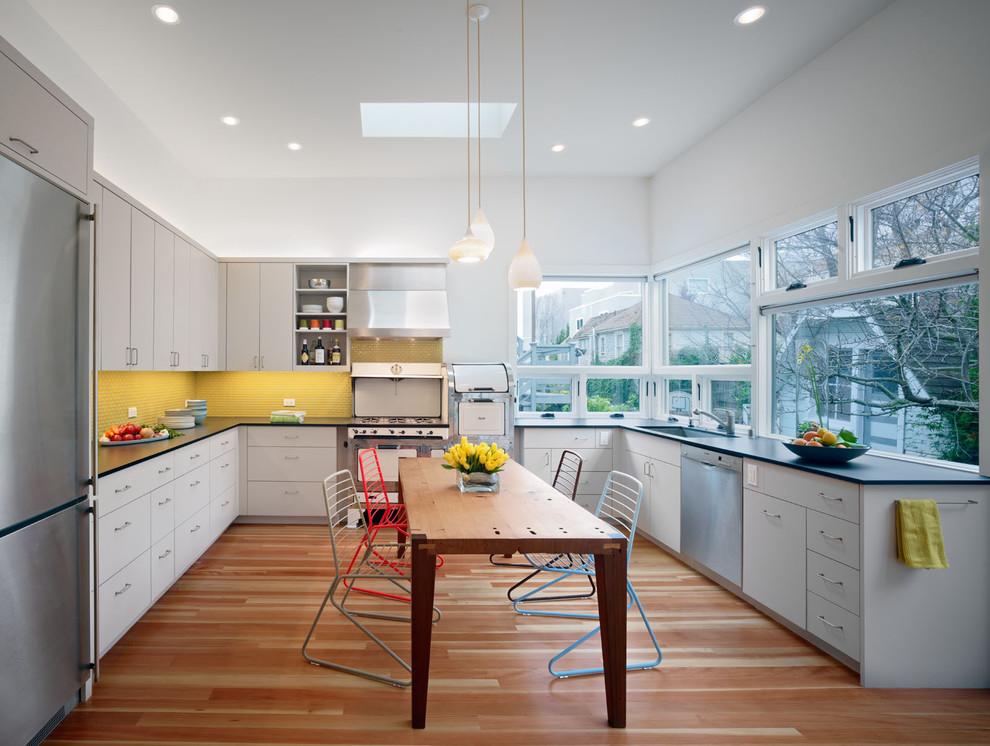 Яркий фартук жёлтого цвета в стильном интерьере кухни