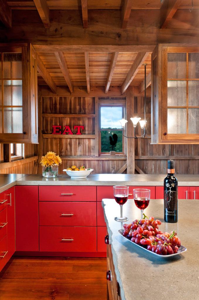 Стильный дизайн интерьера кухни в ярких оттенках красного