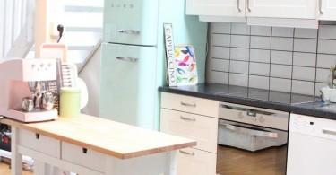 Бирюзовый ретро-холодильник в интерьере кухни
