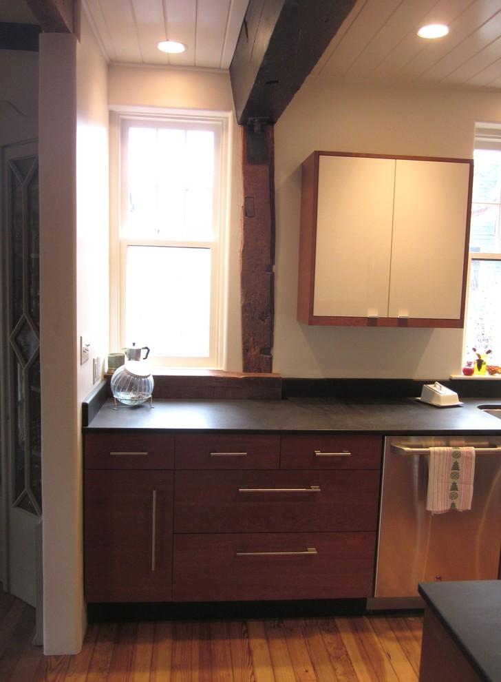 Маленькое окно с подоконником на кухне