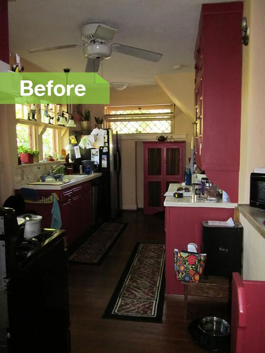 Интерьер кухни до реконструкции с красной мебелью
